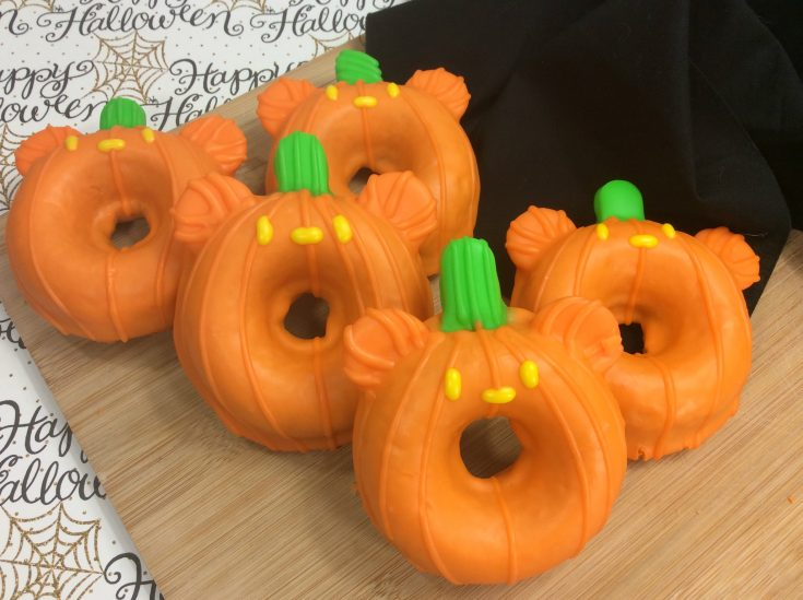 Mickey Pumpkin Donuts, Mickey Doughnuts, Halloween Disney Treats, Halloween Baking, Halloween Kids Dessert, Halloween Breakfast Ideas