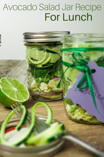 Mason Jar Salad Recipe: This avocado garlic salad is perfect for your meal prep. Enjoy a fresh to-go lunch every day with a little preparation. #MealPrep #MasonJarSalad #SaladRecipe #Salad #Avocado #SaladInAJar